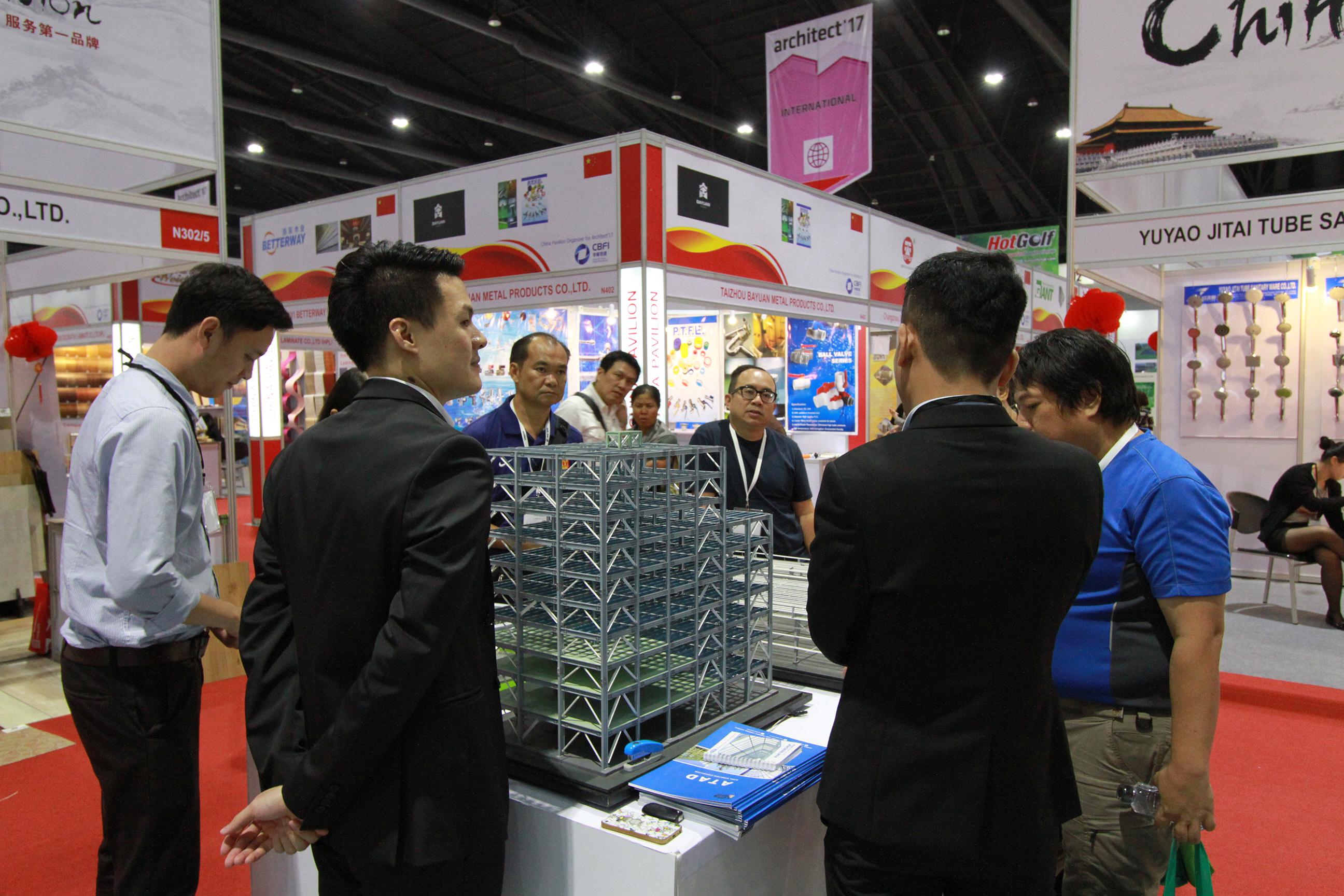 Nhân viên ATAD giải thích và tư vấn sản phẩm cho khách hàng 2