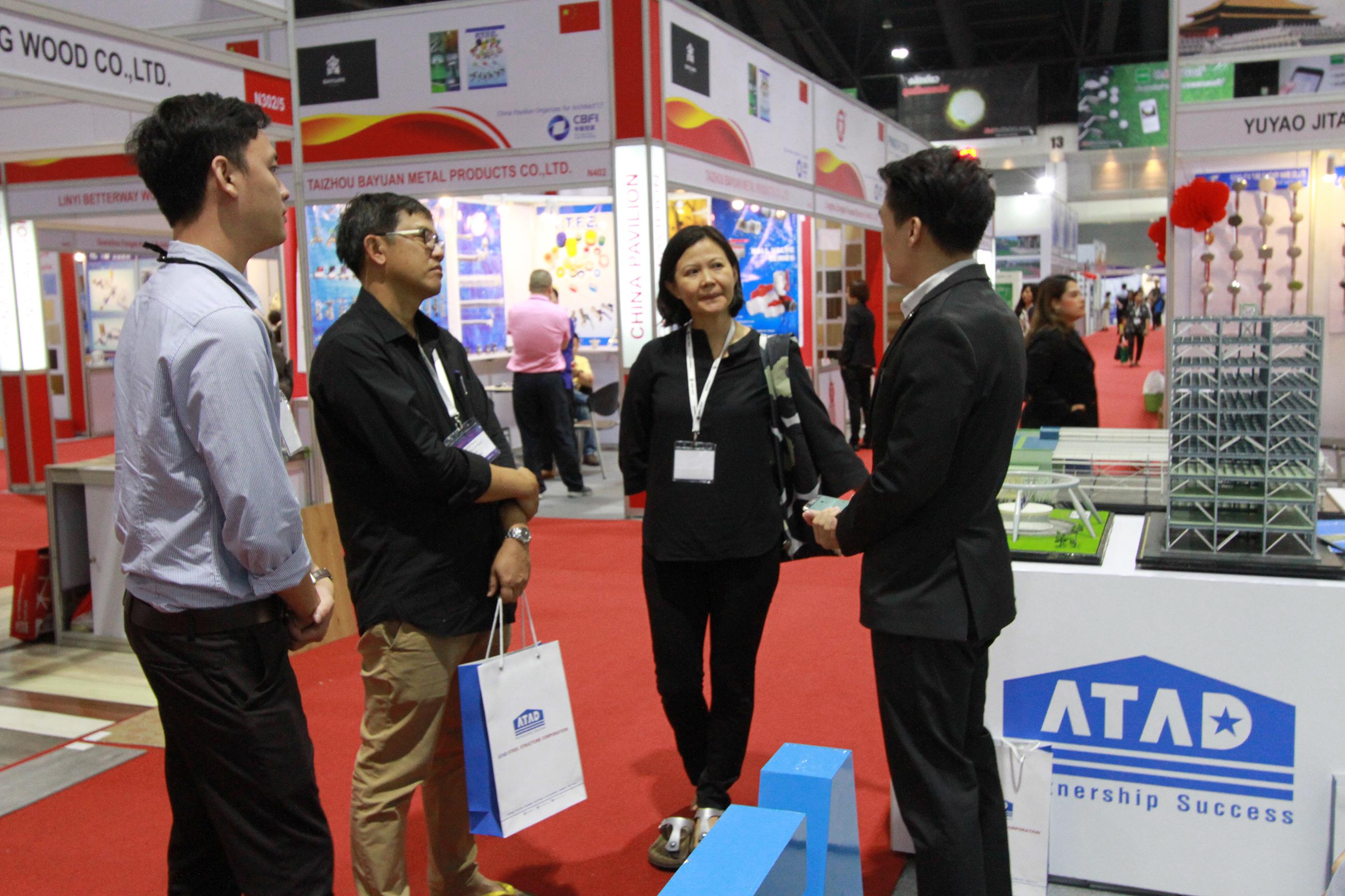 Khách hàng chăm chú lắng nghe sự tư vấn của nhân viên ATAD