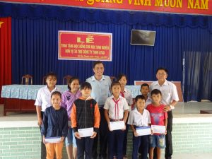 Mr. Anh took photos with students