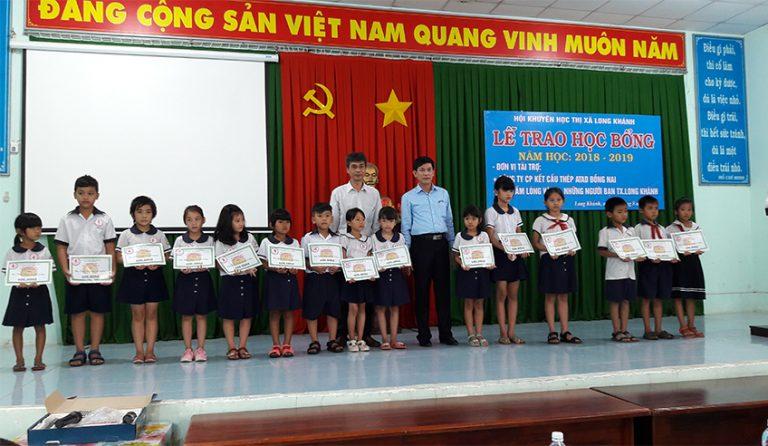 ATAD LONG KHANH마을의 학생들에게 장학금 수여