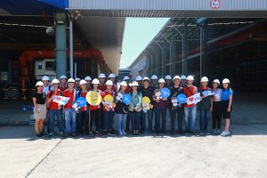 Students took photos before the steel structure workshop