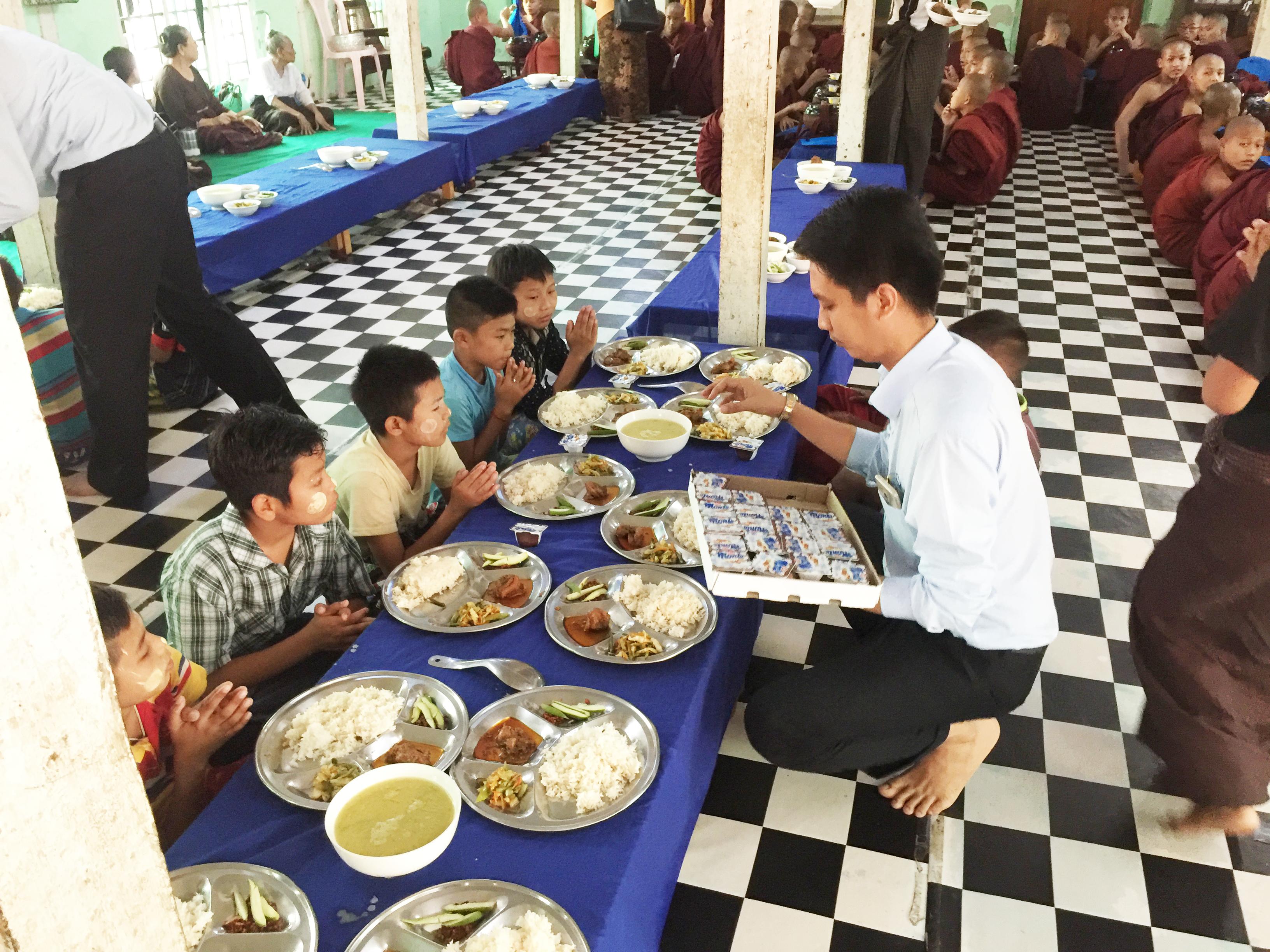 Văn phòng Myanmar thăm các em nhỏ mồ côi