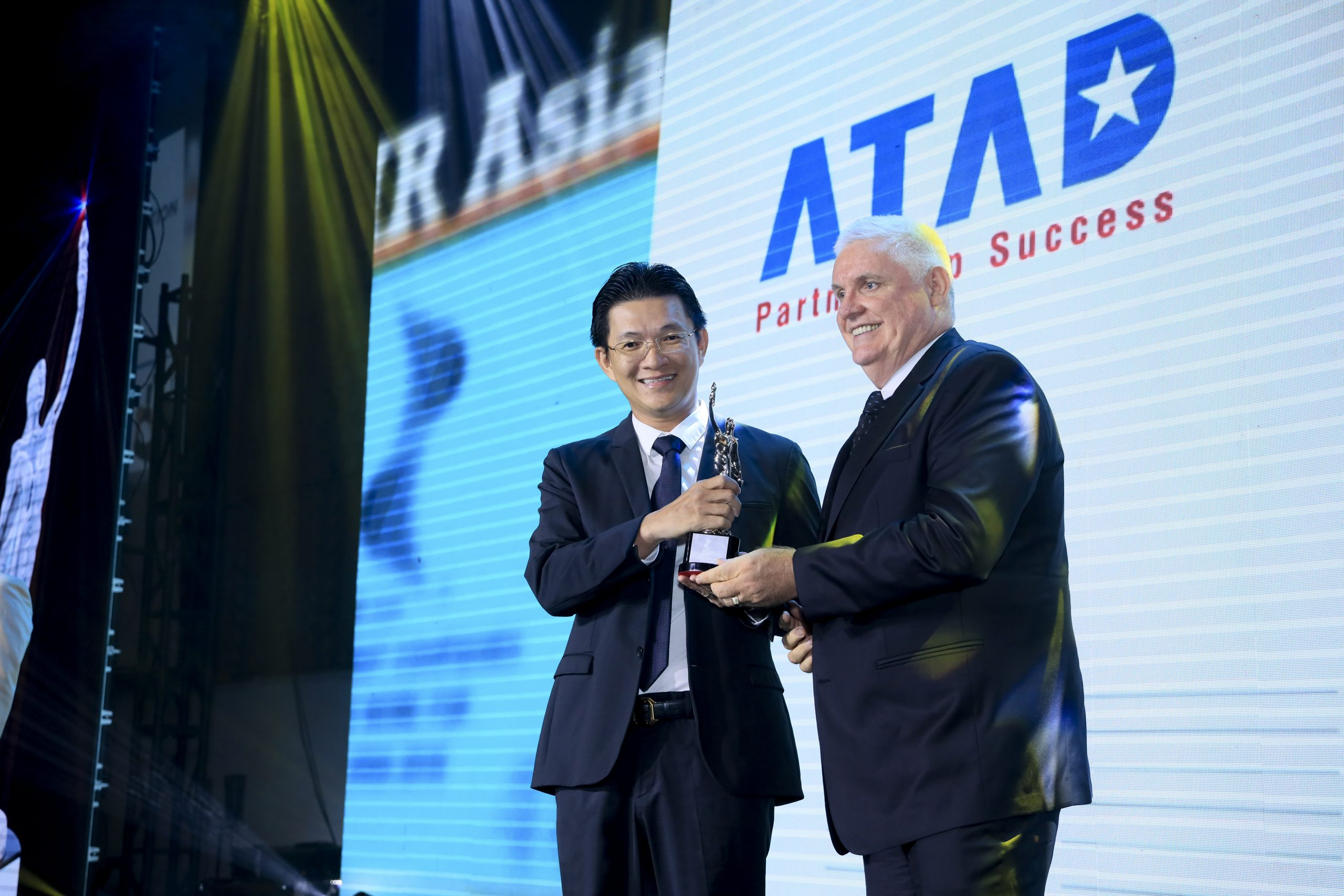 Mr. Nguyen Le Anh Tuan - General Director represents the company's employees to receive Best Companies to work for in Asia 2020 awards