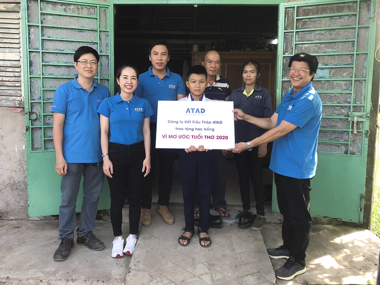ATAD presented scholarships to children of workers in need at ATAD Long An and Dong Nai factories